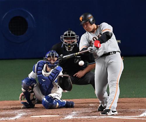 中日対巨人 7回表巨人2死一、三塁、岡本は左前適時打を放つ(撮影・前岡正明)