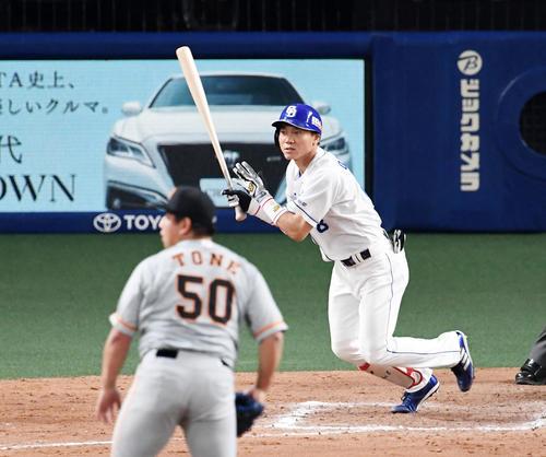 中日対巨人 8回裏中日2死一、二塁、大島は右適時二塁打を放つ。投手戸根(撮影・前岡正明)