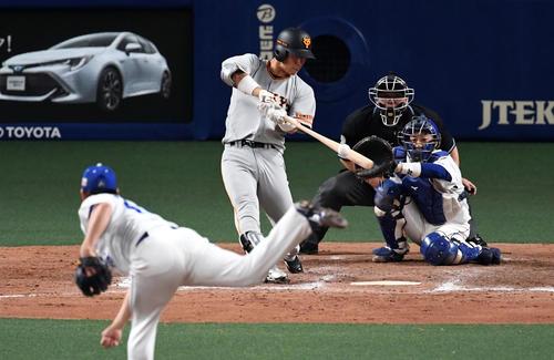 中日対巨人 9回表巨人無死、代打の大城は右越え本塁打を放つ。投手鈴木博(撮影・前岡正明)