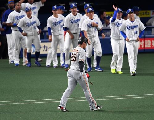 中日対巨人 9回表巨人1死一、三塁、岡本は二塁ゴロ併殺に倒れがっくりと引き揚げる(撮影・前岡正明)