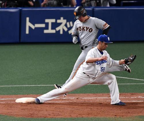 中日対巨人 9回表巨人1死一、三塁、岡本は二塁ゴロ併殺に倒れる。野手福田(撮影・前岡正明)