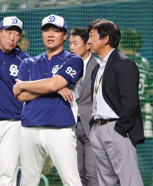 中日対巨人 試合前、談笑する中日与田監督(左)と田尾氏(撮影・垰建太)