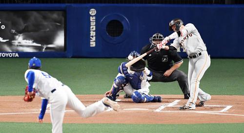 中日対巨人 1回表巨人無死二塁、坂本勇は先制の中前適時打を放つ。投手清水(撮影・前岡正明)