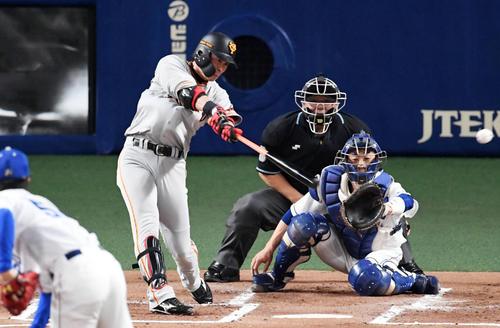 中日対巨人 1回表巨人2死三塁、亀井は左適時二塁打を放つ。投手清水(撮影・前岡正明)
