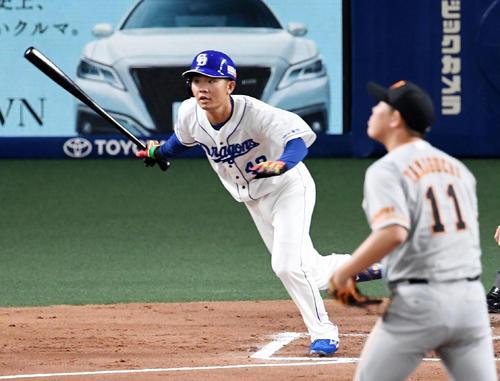 中日対巨人 1回裏中日無死、溝脇は右中間三塁打を放つ。投手山口(撮影・前岡正明)