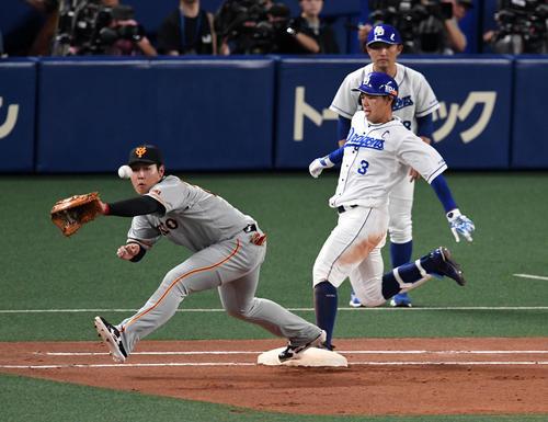 中日対巨人 4回裏中日無死二塁、高橋は二塁内野安打を放つ。野手岡本(撮影・前岡正明)