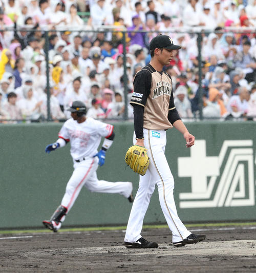 ソフトバンク対日本ハム 1回裏ソフトバンク1死一塁、グラシアルに中越え先制2点本塁打を浴びた上原(撮影・梅根麻紀)