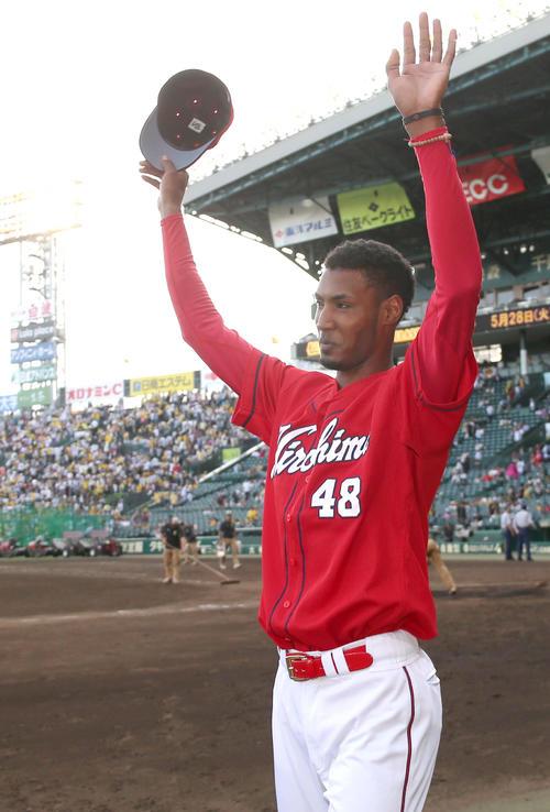 阪神対広島 アドゥワはヒーローインタビューを終え、広島ファンの声援に大きく手を挙げて応える(撮影・上山淳一)