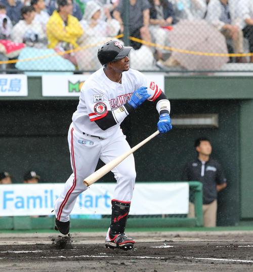 ソフトバンク対日本ハム 1回裏ソフトバンク1死一塁、グラシアルは中越えに先制2点本塁打を放つ(撮影・梅根麻紀)