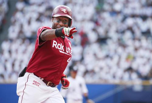 ロッテ対楽天 7回表楽天2死、本塁打を放ちベンチを指さすウィーラー(撮影・中島郁夫)
