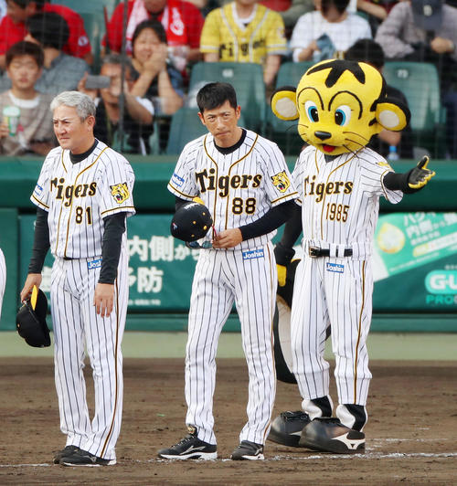 阪神対広島 広島に3連敗し厳しい表情でファンに一礼する矢野監督、左は清水ヘッドコーチ(撮影・加藤哉)