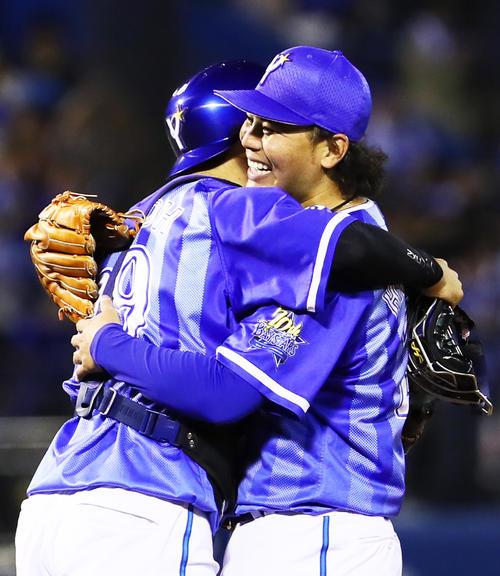 完封勝利を挙げたDeNA浜口(右)は捕手伊藤光と抱き合い喜ぶ(撮影・足立雅史)