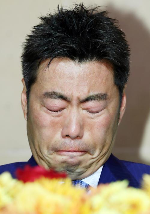 引退会見に臨んだ巨人上原は、思いを語りながら涙をこらえる(撮影・浅見桂子)