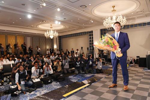 引退会見で花束を手にする巨人上原(撮影・山崎安昭)