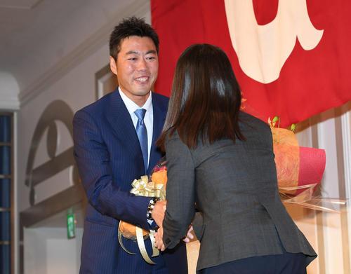 引退会見で花束を贈られる巨人上原(撮影・山崎安昭)