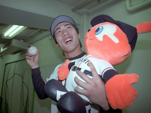 巨人対広島 プロ初勝利の上原浩治はウイニングボールを手に笑顔(1999年4月13日撮影)