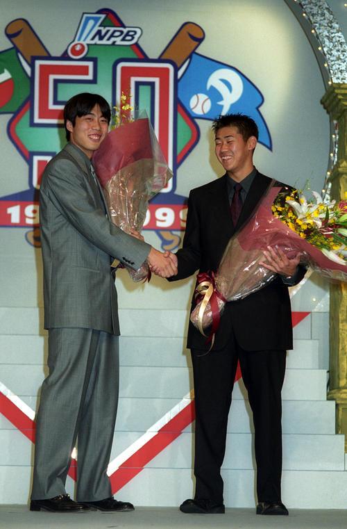 プロ野球コンベンションで新人王の表彰を受ける巨人の上原浩治(左)と西武の松坂大輔(1999年11月4日撮影)