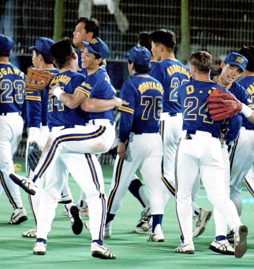 パ・リーグ優勝を果たし、田口壮と抱き合って喜ぶ高橋智(左から3人目)。右端はイチロー(1995年9月19日撮影)