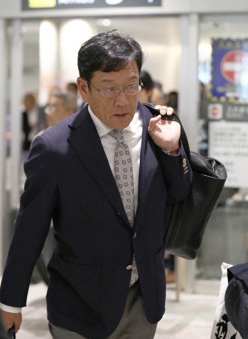 新千歳空港に到着した日本ハム栗山監督(撮影・黒川智章)