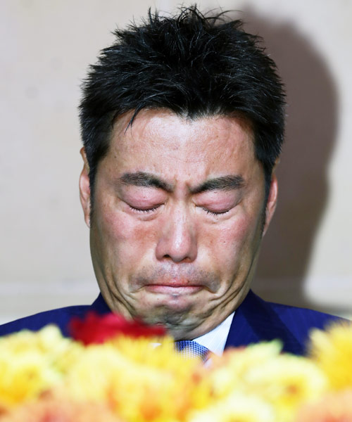 引退会見で涙する巨人上原(撮影・浅見桂子)
