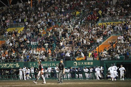 7回裏1死一、二塁、山川穂高が本塁打ち、スタンドのファンも大喜び(撮影・梅根麻紀)