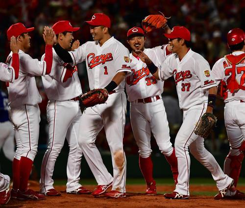 広島対中日 8連勝で首位に立ち、笑顔でタッチを交わす菊池(右から3人目)ら広島の選手たち(撮影・清水貴仁)