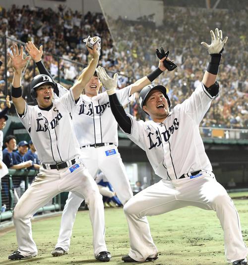 7回裏1死一、二塁、左越えに20号3点本塁打を放った西武山川(右)は「どすこい」ポーズで会場を沸かせる(撮影・たえ見朱実)
