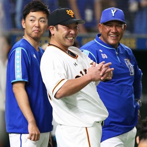 巨人対DeNA 試合前に談笑する阿部(中央)とラミレス監督(右)。左は丸山通訳(撮影・狩俣裕三)