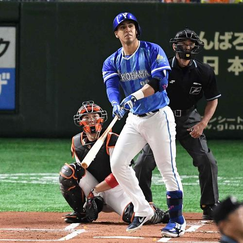 巨人対DeNA 1回表DeNA1死一塁、先制の左越え2点本塁打を放つソト(撮影・鈴木みどり)