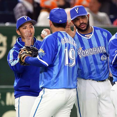 巨人対DeNA 試合後、山崎(中央)からウイニングボールを受け取る東(左)。右はエスコバー(撮影・狩俣裕三)