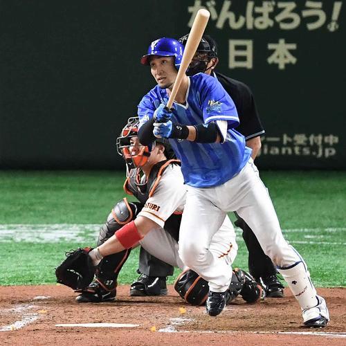 巨人対DeNA 4回表DeNA2死一、二塁、右適時打を放つ伊藤光(撮影・鈴木みどり)