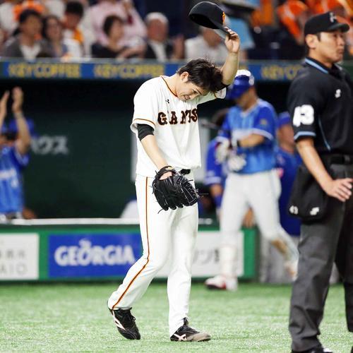 巨人対DeNA 4回表DeNA2死一、二塁、伊藤光に適時打を打たれ、うなだれる高橋(撮影・狩俣裕三)