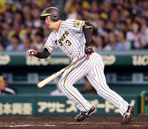阪神対ヤクルト 7回裏阪神2死一塁、左前打を放つ大山(撮影・前田充)