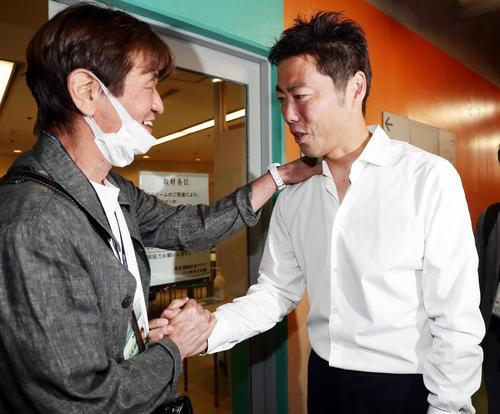 巨人対DeNA 試合前、東京ドームを訪れた巨人上原は、バッタリと顔を合わせた大島康徳氏と握手(撮影・浅見桂子)