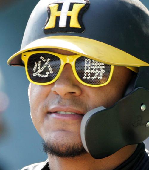 阪神対ヤクルト 試合前、マルテは「必勝」メガネを着けて練習する(撮影・上山淳一)