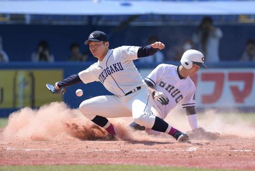 7回表中大1死三塁、打者藤井の時、渡邉(左)は暴投で走者古賀に10点目の生還を許す(撮影・加藤諒)