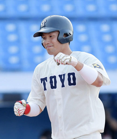 亜大対東洋大 6回裏東洋大無死一塁、山崎基は左越えに同点の2点本塁打を放ち、笑顔を見せる(撮影・加藤諒)