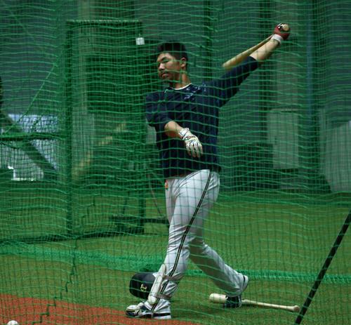 1軍野手指名練習に参加し、室内練習場で打撃練習を行う頓宮