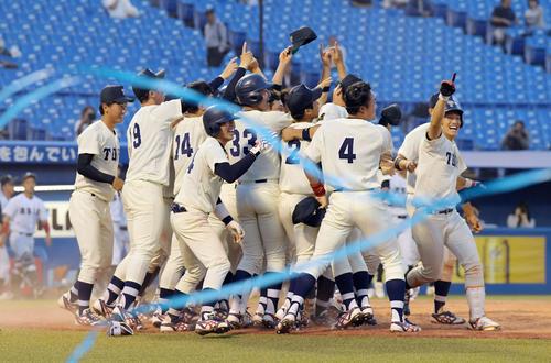 亜大対東洋大 延長11回、サヨナラ勝ちで亜大を破って完全優勝を決め、喜ぶ東洋大の選手たち(撮影・加藤諒)