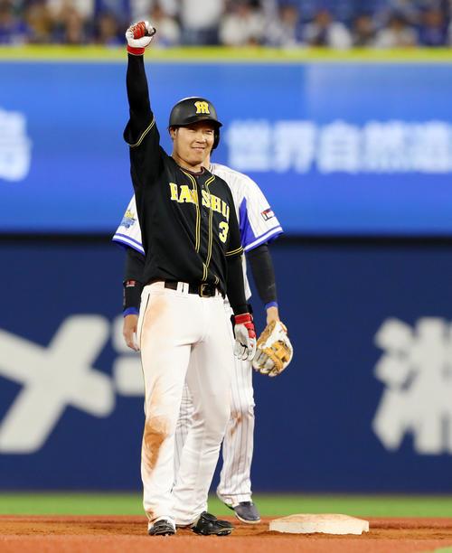 DeNA対阪神 7回表阪神2死三塁、大山は左翼線に勝ち越し適時二塁打を放ち、塁上でガッツポーズ(撮影・加藤哉)
