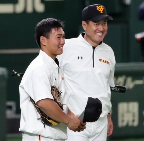 巨人対広島 試合前、巨人原監督(右)と言葉を交わし笑顔で練習を見つめる山下航(撮影・垰建太)