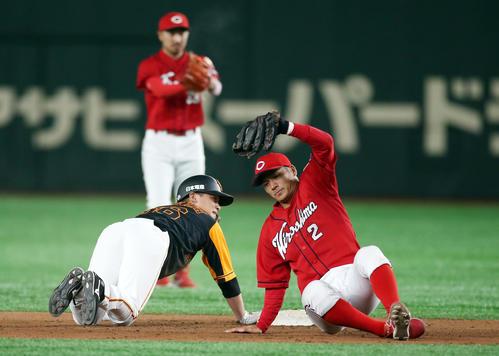 巨人対広島 5回裏巨人1死二塁、けん制死する石川(左)。右は田中(撮影・狩俣裕三)