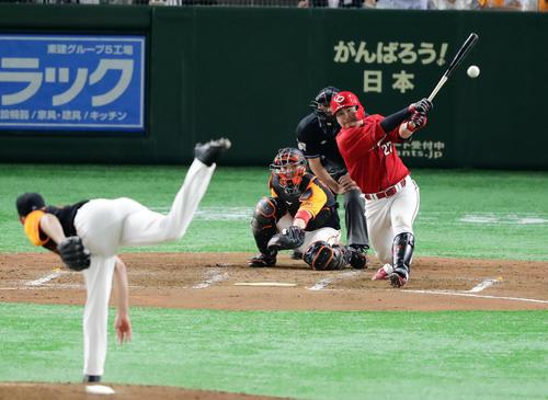 巨人対広島 4回表広島1死二塁、会沢は適時二塁打を放つ。投手ヤングマン(撮影・浅見桂子)