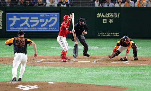 巨人対広島 4回表広島2死三塁、打者田中の時、ヤングマンの暴投で得点を決める。捕手炭谷(撮影・浅見桂子)