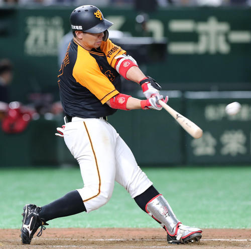 巨人対広島 5回裏巨人無死、左越えソロ本塁打を放つ炭谷(撮影・垰建太)