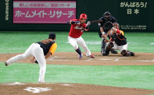 巨人対広島 7回表広島2死三塁、野間峻洋はセフティースクイズを決める。投手戸根。捕手炭谷(撮影・浅見桂子)