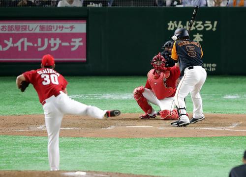 巨人対広島 7回裏巨人1死一塁、代打中島は頭部死球を受ける。投手一岡(撮影・浅見桂子)