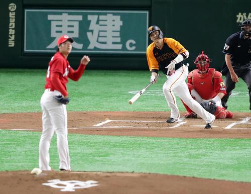 巨人対広島 1回裏巨人1死、坂本勇は中越えソロ本塁打を放つ。投手床田(撮影・浅見桂子)