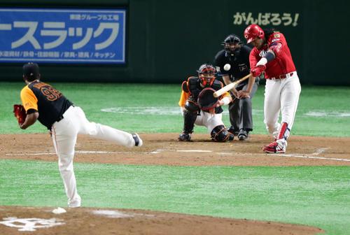 巨人対広島 8回表広島無死、バティスタはソロ本塁打を放つ。投手アダメス(撮影・浅見桂子)