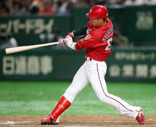 巨人対広島 8回表広島1死、ソロ本塁打を放つ西川(撮影・狩俣裕三)